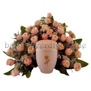 Romantisches Urnenhintergesteck aus roséfarbenen Rosen und Schleierkraut