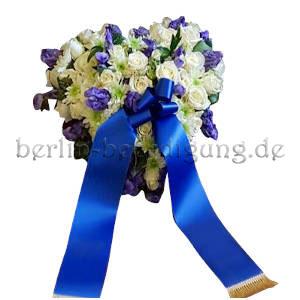 Herzförmiges Trauergesteck weiß blau