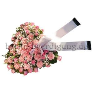 Ein üppiges Blumenherz in der zarten Farbe Rosé, ein liebevoller letzter Blumengruß zur Beerdigung. Die flauschigen Nelken bilden mit den edlen Rosen und etwas Schleierkraut ein harmonisches Blumengesteck.
