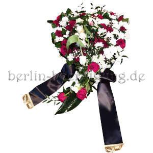 Das besondere Blumenherz wird aus dunklen pinkfarbenen Rosen und weißen Chrysanthemen gesteckt.