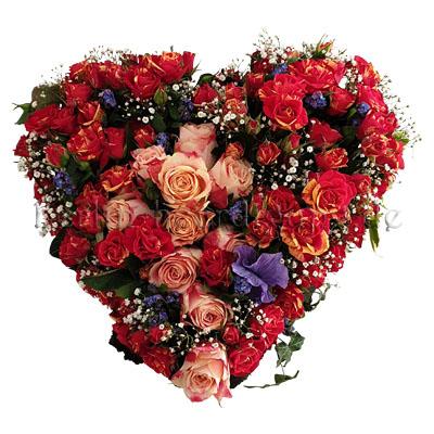 Wildromantisches Blumenherz aus Rosen mit Farbverlauf