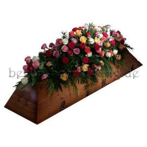 Blumenschmuck für den Sarg bei Erdbestattungen