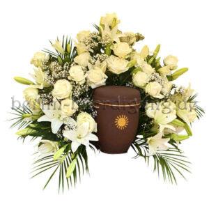 Aufwendiges Urnenhintergesteck aus weißen Rosen und duftenden Lilien