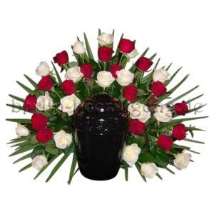 Traditioneller Blumenschmuck für Urnen aus roten und weißen Rosen