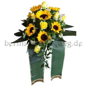 Trauergebinde mit Sonnenblumen und Rosen
