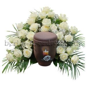 Sanftes Urnenhintergesteck aus weißen Rosen und Schleierkraut