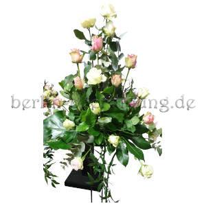 Hochgesteck aus Rosen zur Beisetzung