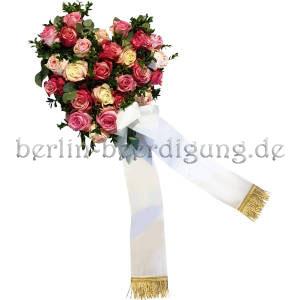 Romantisches Blumenherz aus Rosen mit weißer Schleife