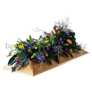 Sarg Blumenschmuck aus bunten Frühlingsblumen