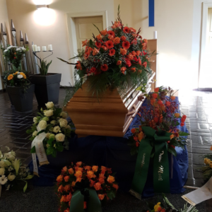 Sargdecke-orange-Gerbera-Gladiolen-Rosen-2