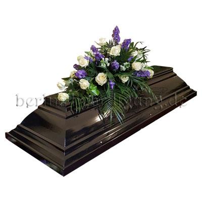 Sarggesteck aus weißen Rosen und blauem Eisenhut