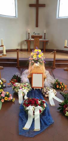 Trauerfeier mit Blumen
