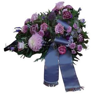 Würdevolles Gesteck in Lila und Blau mit Rosen