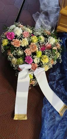 Trauerherz aus Blumen
