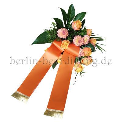 Freundlicher Trauerstrauß in Rosé und Orange mit Trauerschleife