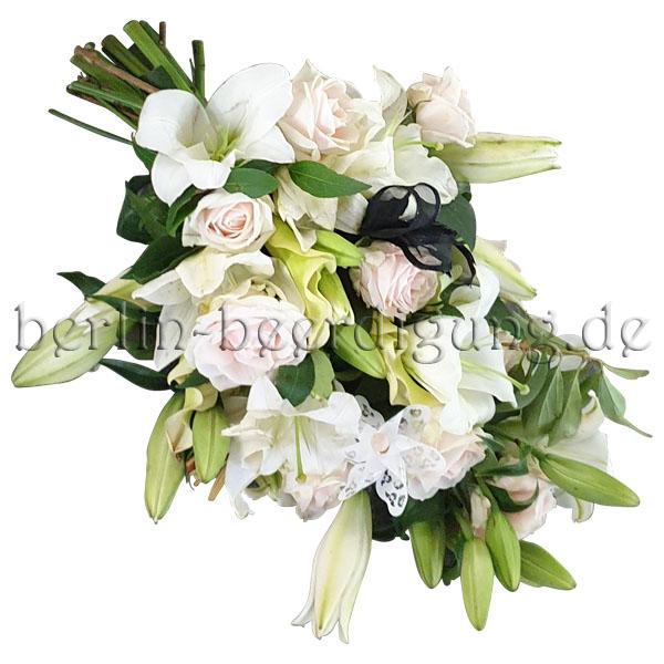 Eleganter Trauerstrauß in reinem Weiß mit Roséschimmer