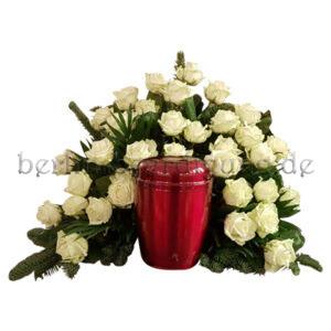 Urnenhintergesteck - ein würdiger Rahmen aus weißen Rosen
