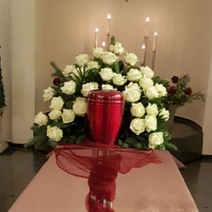 Urnenhintergesteck-weisse-Rosen-rote-Urne