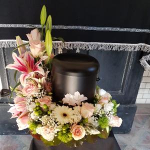 Urnenkranz-rosa-Lilien-Gerbera-Rosen