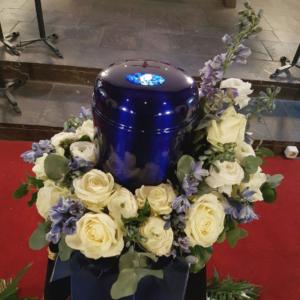Urnenkranz-weiss-blau-Rosen