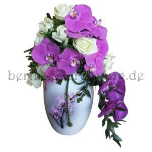 Urnenkrone lila Orchideen und weiße Rosen