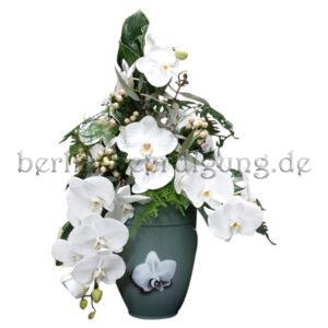 Ungewöhnliche Urnenkrone aus weißen Orchideen und weißen Johanniskrautbeeren mit passendem Beiwerk
