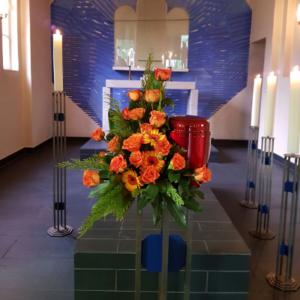 Urnennebengesteck-orange-Gerbera-Rosen-2