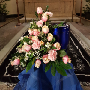 Urnennebengesteck-rosa-Rosen-Nelken