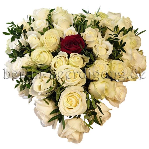 Weißes Rosenherz mit roter Rose zentral