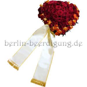 Rotes Rosenherz mit Trauerschleife als letzter Gruß mit Liebe und Zärtlichkeit