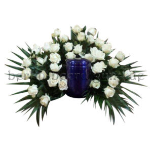 Weißes Hintergesteck aus Rosen für Schmuckurnen
