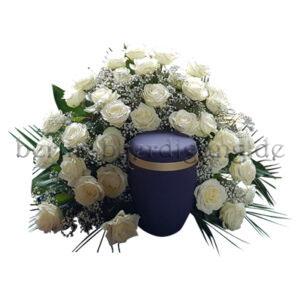 Würdevoller Blumenschmuck für Urnen aus weißen großen Rosen